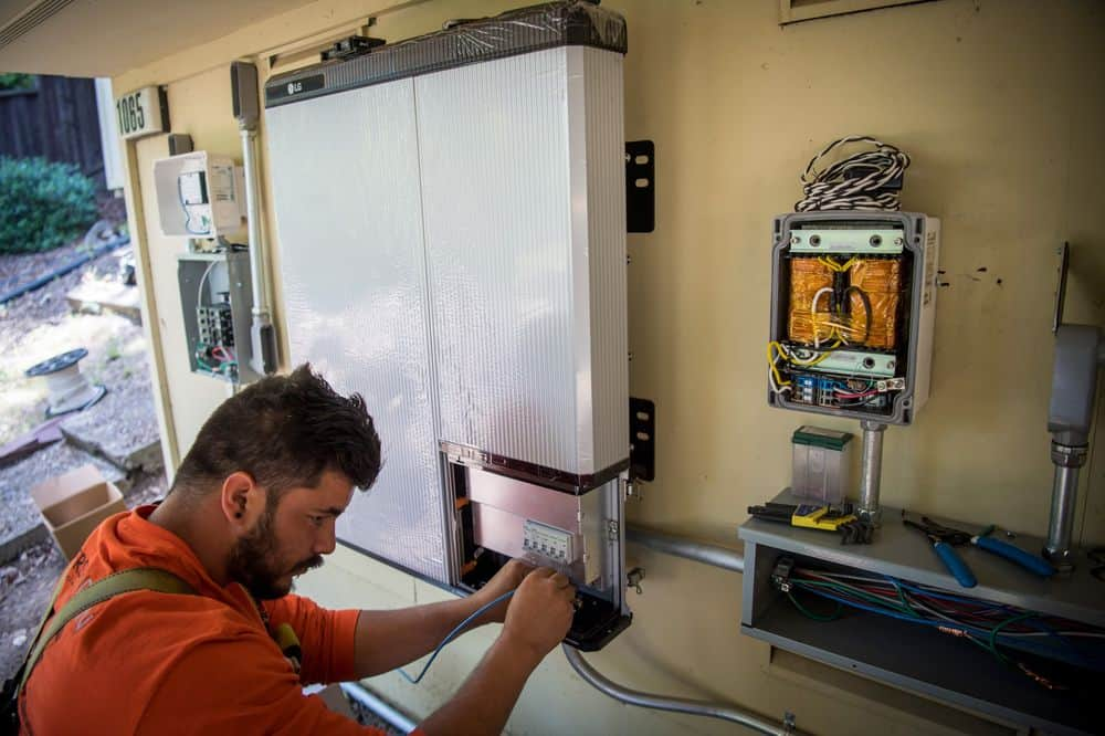 WORKER MAINTAINING A SOLAR BATTERY